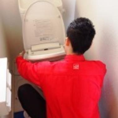 トイレ便座の取り外し作業