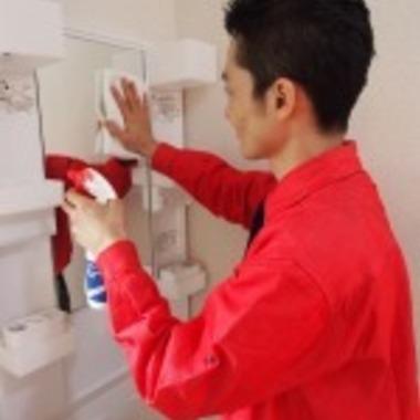 洗面台のクリーニング作業