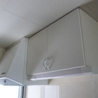 | 交換後の換気扇と吊り棚