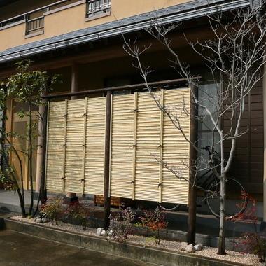 住宅玄関横の竹垣