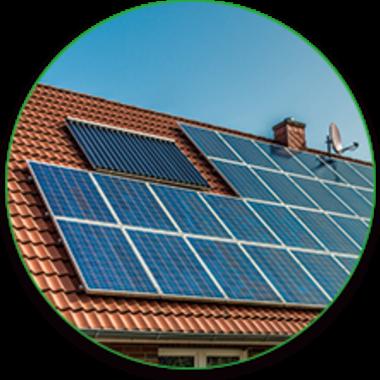 ソーラーパネルが設置された屋根