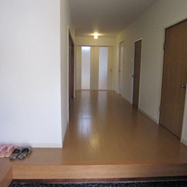 リノベーション後の玄関から廊下