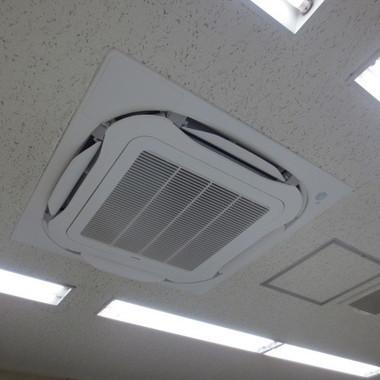 取り付け工事後のエアコン