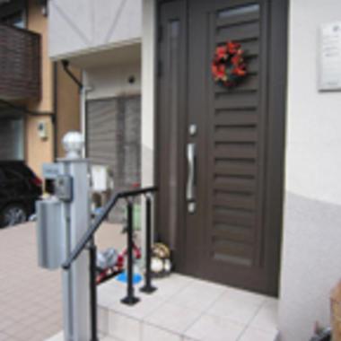 手すり延長工事後の玄関ポーチ