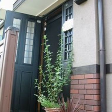 玄関網戸取付け工事後 黒い玄関ドア1
