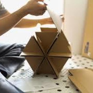 | 家具の組み立て 作業中