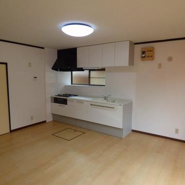 中古住宅内装リフォーム後 システムキッチン設置