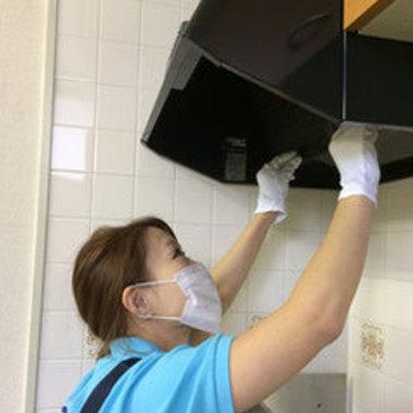 ハウスクリーニング 換気扇 作業中