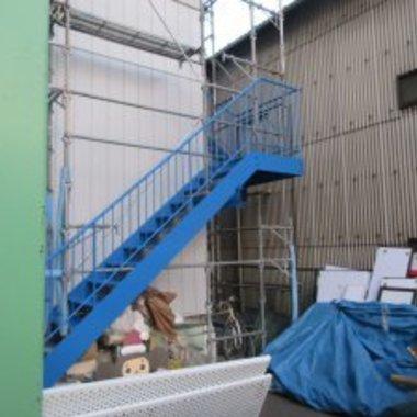 倉庫塗装工事 後 鉄骨階段