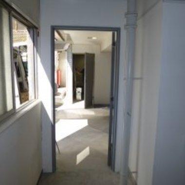 レンタルボックスの間仕切り壁塗装工事後 ドア付近