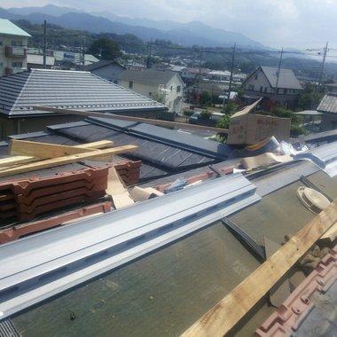 屋根修理工事途中 部品取り付け