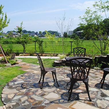 住宅庭 テーブルとイス 庭リフォーム施工後