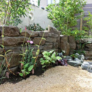 住宅庭 自然石と山砂 庭リフォーム施工後