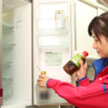 冷蔵庫内の食品の取り出し作業