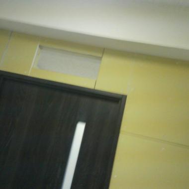 設置後の間仕切りとドアのアップ