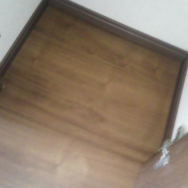 施工後のフローリングとドア
