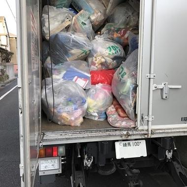 トラックに積み込まれた不用品