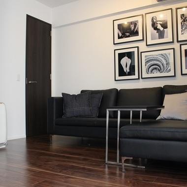 ソファーとリビング壁