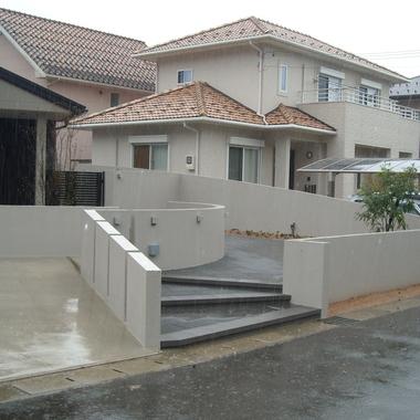 緩やかな階段が設置された住宅の正面