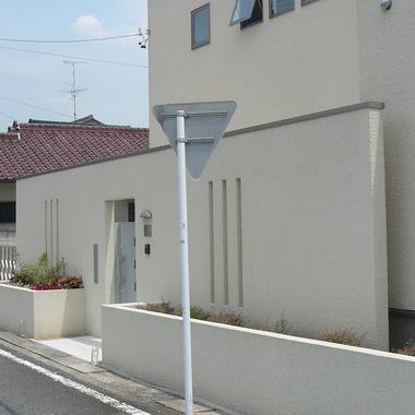 玄関前に目隠しを施工した住宅外観