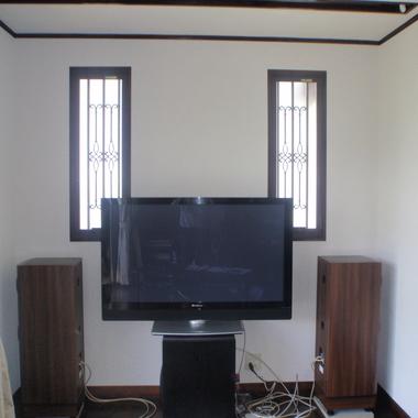 テレビの横に設置されたスピーカー