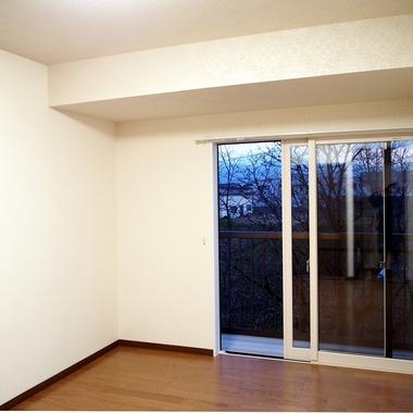 和室・リビング・キッチンを広くし、冬は日の光が差し込む、暖かくて明るい空間になりました。の施工後写真(4枚目)