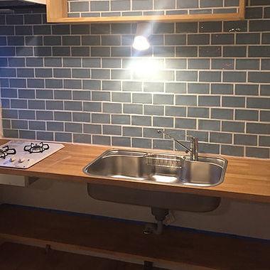 キッチンリフォーム。コンパクトなスペースに1枚板をベースにキッチンスペースを作りました。 料理をするメニューアイデアの幅も膨らみそうです。の施工後写真(0枚目)
