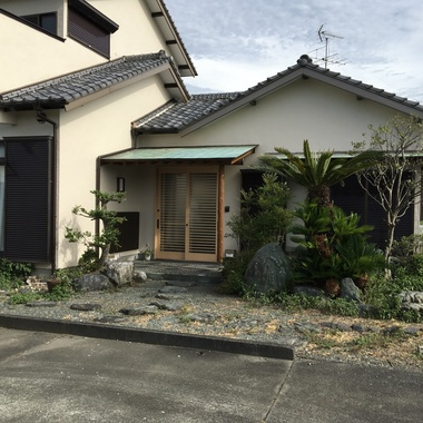 | 外壁塗装と板金雨樋並びに庭の選定も一緒にの施工後写真(0枚目)