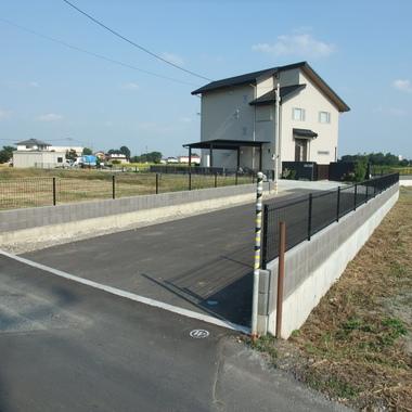 外構工事・化粧ブロックフェンス設置・建物と統一感のある調和がとれた塀工事の施工後写真(0枚目)