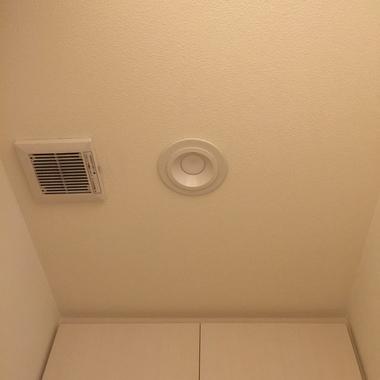 トイレ 換気扇・照明連動 熱線センサー付自動スイッチ,LEDダウンライトへの交換 の施工後写真(1枚目)