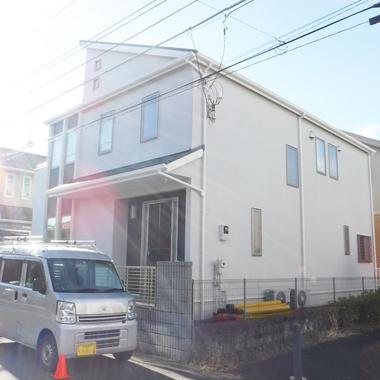 全体的に黒ずみ傷んでいた家が、清潔感あふれる色とオシャレなアクセントによって生まれ変わりました!の施工後写真(0枚目)