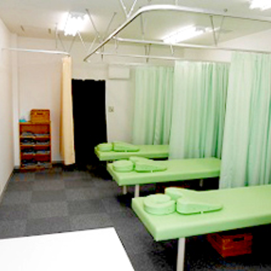 居抜きテナントをリフォームし患者様がたくさん来る明るいマッサージ店への施工後写真(0枚目)