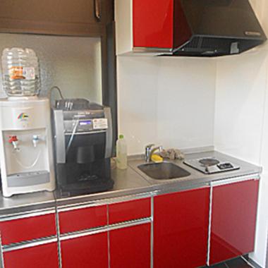 某私立高校の職員室のミニキッチンを新しいミニキッチンに交換の施工後写真(0枚目)