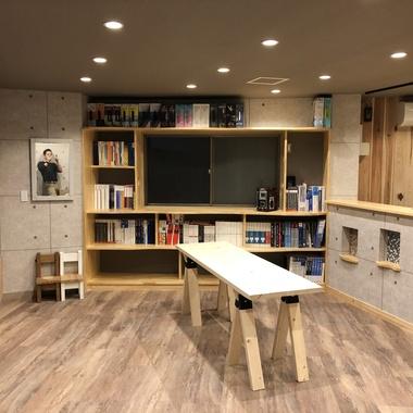 カタログ棚の造作 集成パイン材にて造作/大工工事の施工後写真(0枚目)