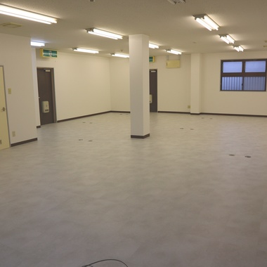 ずっと使用してきたオフィスの床・壁すべてを一新し、見違えるオフィスに!の施工後写真(1枚目)