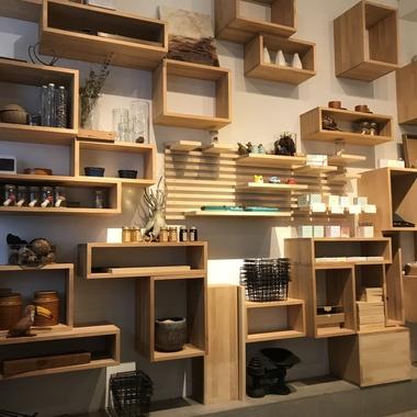店舗ファサード全面の改装と商品棚の一部改装の施工後写真(1枚目)