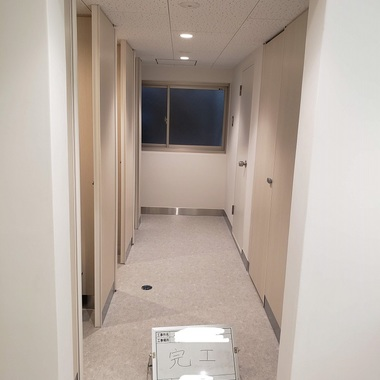 経年劣化に伴う私立大学の集合トイレ改修工事の施工後写真(2枚目)
