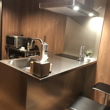 【システムキッチン】ペニンシュラキッチンでバーのような大人空間の施工後写真(1枚目)