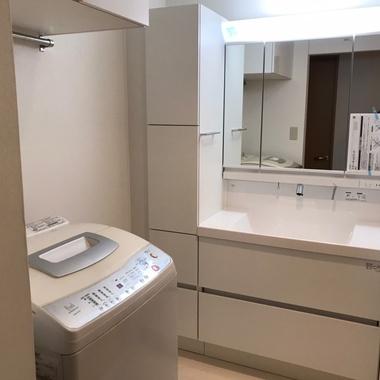 【洗面台】集合住宅の狭い洗面所をリノベーション(レイアウト変更有り)の施工後写真(1枚目)