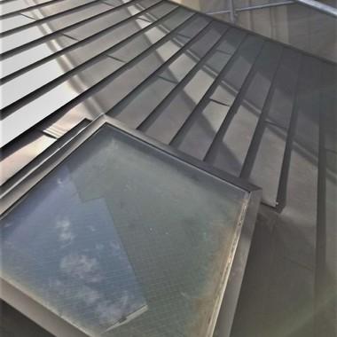 名古屋市千種区にて天窓付きの屋根ダンネツトップカバー工法の施工後写真(0枚目)