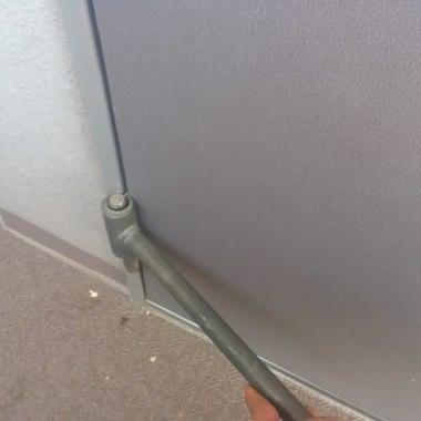 玄関ドア劣化部分の丁番調整