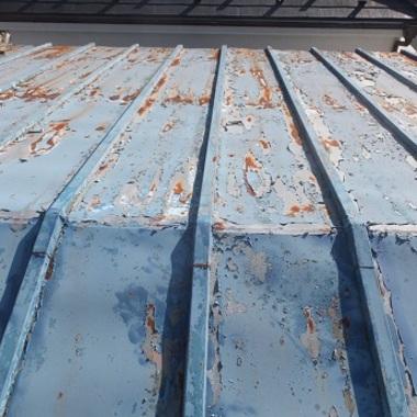 ひどくサビのあるトタン屋根