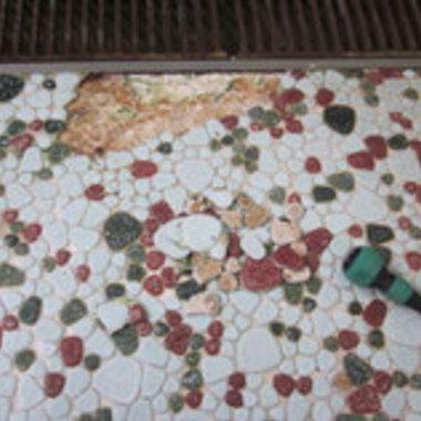 社員寮の大浴場床タイル修繕工事の施工前写真(0枚目)