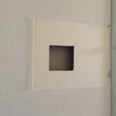 壁の穴をふさぐ作業途中