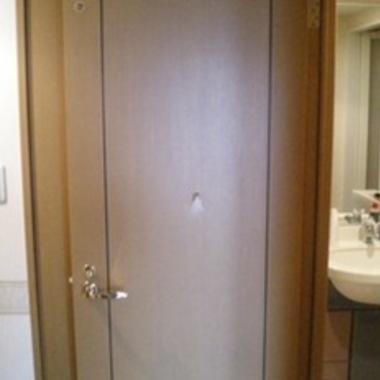 扉に穴が開いている