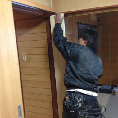 ドアの設置途中