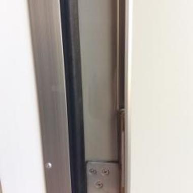 アルミ製玄関枠の膨らみ補修前