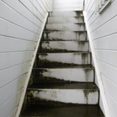 通路床雨漏り工事 前 階段部分
