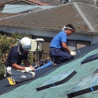 屋根葺き替え工事作業中・太陽光設置前