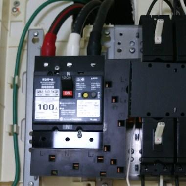分電盤内の主開閉器を交換前 100A